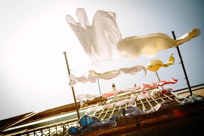 洗濯後の濡れた洋服は水分を含んで型崩れがしやすく、すぐに干さないと雑菌が増えて臭いの原因に。洗濯物を干す時は、服の内部に風が通りやすい厚手のハンガーがおすすめです。  また、天気が悪い日には部屋干しで服が生乾きになり、嫌な臭いがつきがち。そんな時はサーキュレーターやエアコンを使い空気を動かすことで、乾くまでの時間をぐっと短縮でき、生乾きを防げます◎