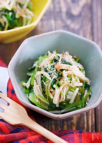 こちらもお湯をかけて和えるだけの簡単レシピ。三つ葉とえのきを使って作ります。三つ葉の青臭さが気になる場合は、お鍋でサッと茹でると食べやすくなりますよ。