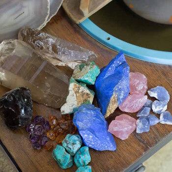 天然石とは自然の力で作られた「岩石」や「鉱物」といった石のこと。ダイヤモンドなどのいわゆる「宝石」も天然石の仲間です。道に落ちている石ころも天然石のひとつです。