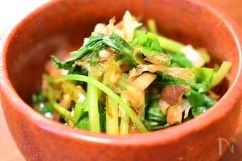 三つ葉とみょうがでさっぱり!箸休めにぴったりの副菜レシピです。味付けは、しょうゆと削り節だけでOK。こってりした料理の付け合わせにいかがでしょうか。