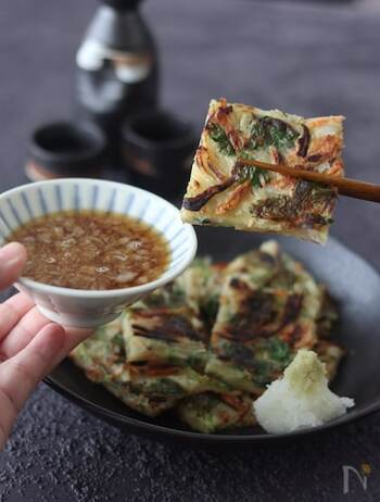 余った三つ葉の消費には、和風チヂミがおすすめです。ごはんのおかずにも主食にもなるので、どんどん箸がすすみます。天つゆで食べる和風の味わい。ぜひお試しあれ!