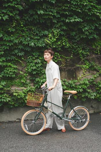 ナチュラルなファッションに似合う自転車、見つけました。ほっこりするリネンアイテムにもきちんと馴染む【ミモザ】は、ありそうでなかったアイボリー×カーキの組み合わせ。大きなバスケットにお弁当を入れてピクニックに出かけても、絵になる大人可愛いミニベロです。