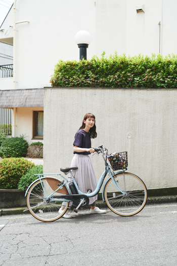 体力に自信がない方でも大丈夫!電動アシスト自転車なら少しの力で、坂道も楽に進んでくれます。おしゃれなマリノブルーが映える【アシスタファイン(ブリヂストン)】なら、世代問わず使えるモデルなので一家に一台あるととっても便利。重い荷物を入れたお買い物後でも楽に漕げます。