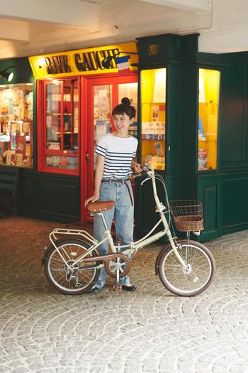 都市暮らしやマンション暮らしで自転車の保管にも気兼ねなく使える折りたたみ自転車。おしゃれで可愛いものになかなか出合えなかった人におすすめしたいのが、クラシックな雰囲気の【レリィ】。折りたたみ自転車には珍しいセミアップハンドルで、上体を起こしたまま、楽に漕げます。荷物があるときも嬉しい、前かご装備と荷台付き。