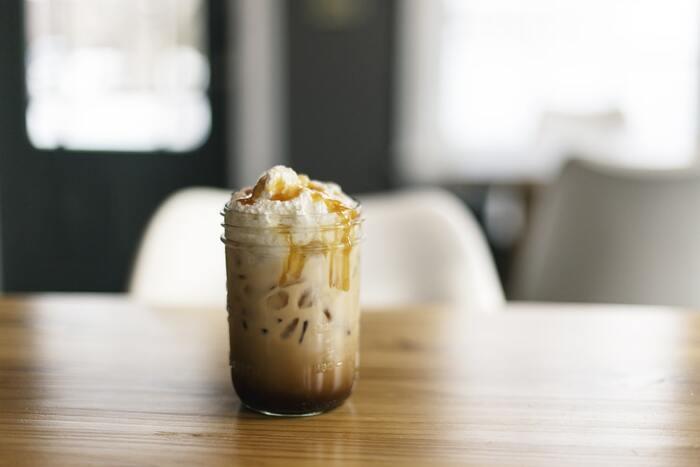 山盛りの生クリームをコーヒーに混ぜて楽しむウインナーコーヒー。アイスコーヒーでも美味しくいただけますよ。見た目にもスイーツのような可愛らしさに。アイスの場合は生クリームが溶けないので、生クリームをすくうスプーンを用意すると良いですよ。