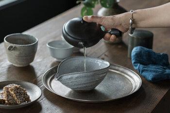 お茶やひとりご飯の時間をおしゃれに変化させてくれる丸盆や、丸いトレー。せっかくなら丸盆の雰囲気にあわえて、器やカトラリーもじっくりとコーディネートを考えてみてはいかがしょう。