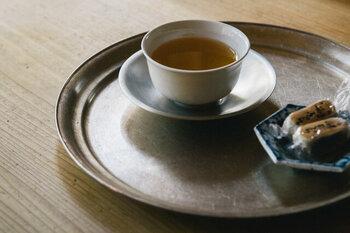 上でご紹介した丸盆と同じシルバーでも、こちらは重みを感じる真鍮製。湯呑と茶たくのお茶セットで、素朴ながらも味わい深い雰囲気ですね。心をリセットするのにぴったりなお茶時間を過ごせそうです。