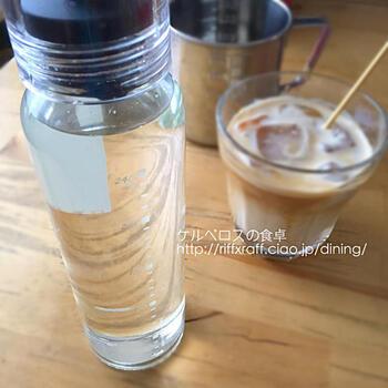 ガムシロップは、2つの材料で簡単に手作りできます。コクが欲しいときは、黒糖で作ってみましょう。ミルクとの相性が抜群ですよ。