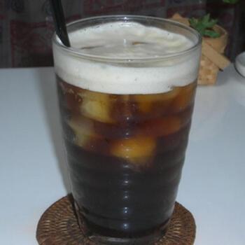 エスプレッソと炭酸水をまぜてできる簡単コーヒーソーダ。氷に加えて炭酸水も入れて薄くなる分コーヒーは濃い必要があるので、エスプレッソが適していますよ。