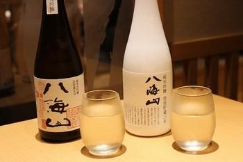 八海山公認のお店ならではのお酒のラインナップが人気です。白いボトル「八海山純米吟醸雪室貯蔵三年」で、すっきりとした辛口。ほかにも、「八海山の原酒で仕込んだうめ酒」など女性好みのお酒もたくさん揃っています。