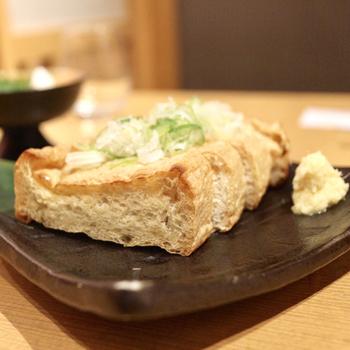 日本酒と一緒に新潟県名物もいただきましょう。「越後の栃尾揚げ」は、1枚ずつ手作りで手揚げしたお揚げ。外側がパリパリで中がふっくらして食べごたえも抜群で、神楽南蛮味噌、ネギ、納豆の3種類の味から選べます。