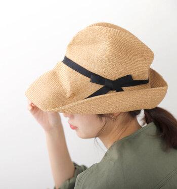 マチュアーハの帽子はナチュラルな風合いで、可愛らしいリボンがポイント。くたっとした柔らかな質感が魅力的です!  BOXハットとしても有名で、その名の通り、オフシーズンは箱に仕舞っておけるのが便利。折りたたんでも型崩れがないので安心してカバンに入れて持ち運べます。本当に優秀なハットでオススメ♪