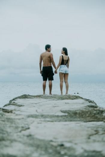 続いてのアプローチは、相手をじっと見つめること。まだ会って間もない人だと目を合わせることも緊張しますが、だからこそじっと見つめているとドキドキしそうですね。人が恋に落ちるのに3秒、7秒など、いろいろな説がありますが、親和性を高めるのに目を合わせることは有効なようです。