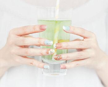 大人の女性の指先を華やかに見せてくれるデザイン。チップなので都合に合わせて楽しめ、お湯で浸して取り外すので爪も痛みにくくなっています。付属のラインストーンなどは、自分好みでアレンジ可能です。