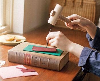 革パーツと道具がセットになった「レザーハンドメイドレッスン」。革雑貨作りの技術を基本からアレンジまで楽しく学べます。テキストは写真付きで分かりやすく、女性鞄職人さんのワンポイントアドバイスも◎