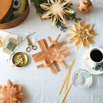 北欧生まれの白樺細工「ネーベルスロイド」を作るオリジナルキット。白樺樹皮ではなく、マツとヒノキを材料にしているため、初心者さんでも作りやすくなっています。木材を切って濡らし、編んで接着剤で固定したら完成です。