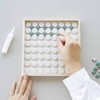 毎月おしゃれなカフェトレイを作れるキットは、SeeMONOの中でもランキング上位のアイテムです。タイルを接着し、目次材にを塗って布で拭いたら完成!1時間ほどで簡単に作れるのも人気の理由の一つ。