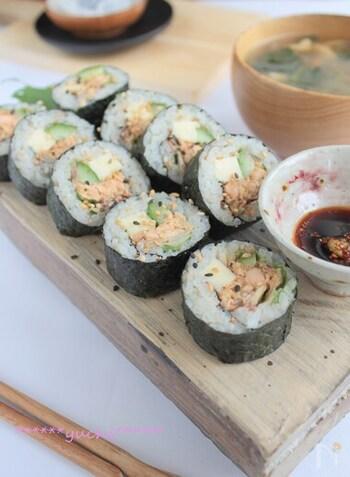 DHAが豊富で取り入れていきたい食材の鮭ですが、そのままだと食べない子どもも多いので、海苔巻きにするとおにぎり感覚でぱくぱく食べられます。一緒にチーズや野菜を入れても美味しいです。