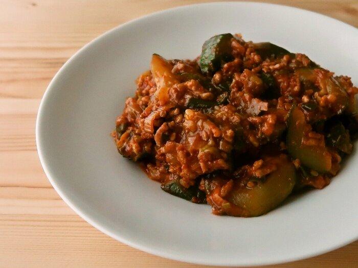 淡白な味のズッキーニは、麻婆味にもよく合います。ズッキーニは、やや大きめの乱切りにして、ひき肉のうまみをたっぷり含ませるとおいしいですよ。やや濃いめの味付けで、白いご飯との相性もバッチリ◎ 唐辛子や豆板醤、香味野菜をたっぷりと使って、刺激的な一品に仕上げてくださいね。