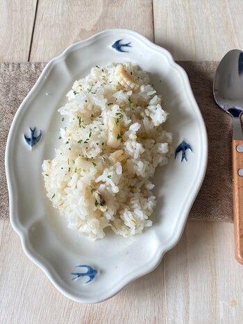 ピラフ、と聞くとちょっと難しいイメージを持っている人も多いですが、炊飯器で簡単に作ることができます。エビやイカはもちろんのこと、ホタテを使ってもダシが出て美味しいです。