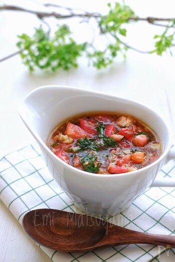 シンプルな麺つゆでお蕎麦をいただくのもいいけれど、夏らしい食材をつゆに加えるとさらに楽しさUP! トマトやしそ、ミョウガを入れると、さっぱりと爽やか。オリーブオイルも入るのでコクもあり、麺のツルツル感もさらに増しますよ。普通の麺つゆに飽きていたら、ぜひ試してみて!