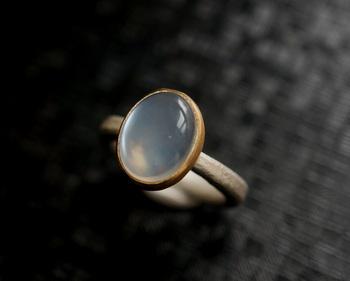 ■Kuraishi Takamichi/灯りの指環 「朧月 (ムーンストーン)」  ムーンストーンは、古代インドでは聖なる力を持った石と信じられ、お守りとして身につけられていたそう。月は女性を象徴するといわれており、ムーンストーンは女性をサポートする力を持っているともされています。