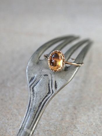 ■HAVITAS/Granulation citrin ring  金色に輝くシトリンは、昔から富と繁栄を導く幸運の石として知られていました。細かな金の粒をぐるりとろう付けした優雅なデザインのリングは、手元を華やかに彩ってくれる優秀アイテム。シンプルなデザインなので、日常使いもできますね。