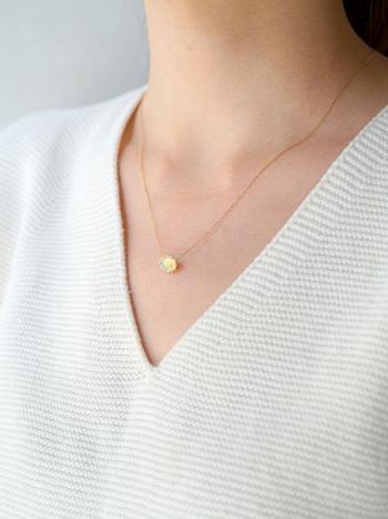 ■HAVITAS/Granulation necklace オパール  オパールは幸運のエネルギーに満ちた天然石で、クリエイティブな力、隠れた才能を引き出す力に優れているとされています。オパールを身に着けると、憂鬱な気分を払い、元気な気持ちを高めてくれます。  こちらのネックレスは、ファセットカットの石をリバースセッティングして、より立体的に見えるように仕上げています。