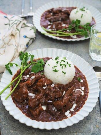 ビーフストロガノフにステーキ肉を使ってボリューム感を出して。一皿で満足できる食べごたえです。