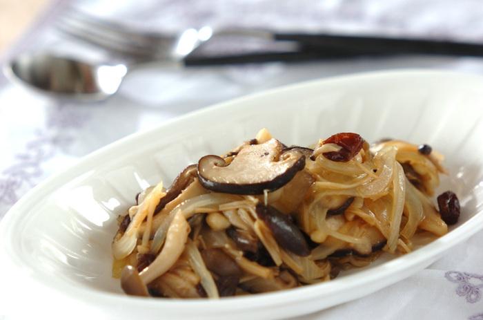 シメジ、エノキ、シイタケといろいろなきのこを一度に味わえる甘酢煮です。きのこと玉ねぎだけだと味が単調になりがちですが、レーズンを加えることで、ほどよい甘味と食感のアクセントがプラスできます。  【消費のめやす】レーズン大匙2