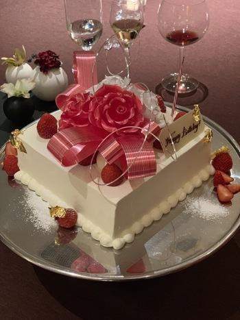 シャンパンやケーキが追加された「アニヴァーサリーコース」も人気があります。大切な日をステキなレストランで過ごしたい方にぴったりですよ。