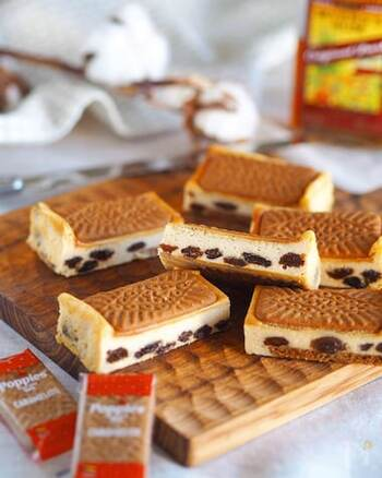 市販のクッキーを活用しているので、残りの材料を混ぜ合わせて、焼くだけという簡単レシピのチーズケーキです。クッキーを型に入れるときには、おおむね上下で同じ場所にクッキーを置くことができるように確認しておくのが、きれいに作るポイントです。最初にお湯にレーズンを浸しておくことで、ラム酒が入りやすくなります。  【消費のめやす】レーズン50g
