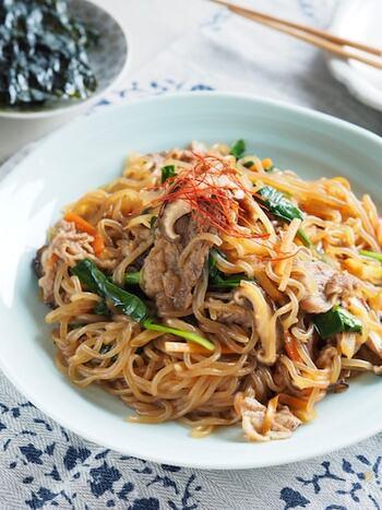 人気の韓国料理チャプチェ。春雨の代わりに糸こんにゃくを使ってヘルシーに。お肉の下味は焼肉のたれを使ってお手軽に。