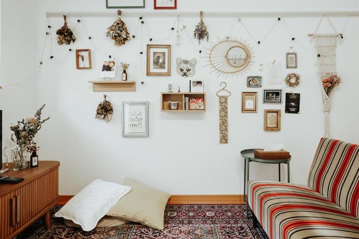 白い壁にお気に入りをたくさん飾ったインテリアです。棚や箱を上手に組み合わせてディスプレイを楽しんでいます。個性的なインテリアにも好相性なのが分かります。