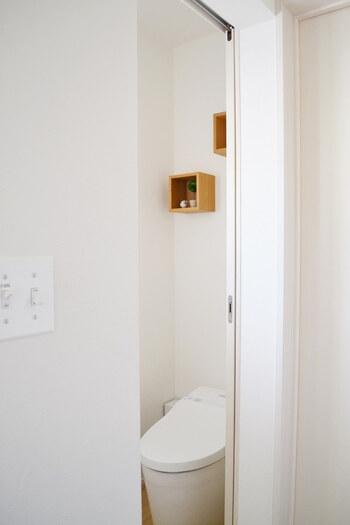 箱だけでも可愛らしいインテリアができます。狭い空間にも設置できるから、トイレなどの限られた空間をディスプレイするのにも使えます。