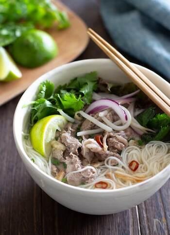 ベトナムの米麺フォーの代わりにそうめんを使ってアジアンテイストに。牛肉を使って食べ応えはありますが、ライムが入っているのでさっぱりとしたおいしさです。