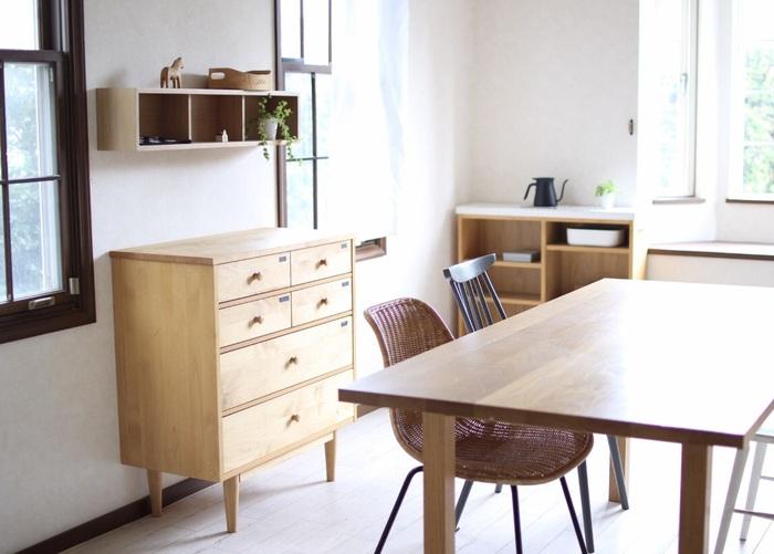 設置する家具にはない、軽やかな見た目と存在感が魅力の「壁に付けられる家具」。下の空間が開いているからお掃除も楽で、絵を飾る感覚でお部屋のディスプレイを楽しめそう。一つ取り入れて、立体的な壁面の演出にトライしてみたいですね。