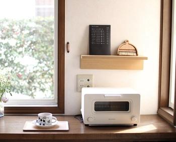 キッチンのちょっとした隙間の壁にも棚は設置できます。下から浮いて設置できるから、お手入れやお掃除も簡単にできます。