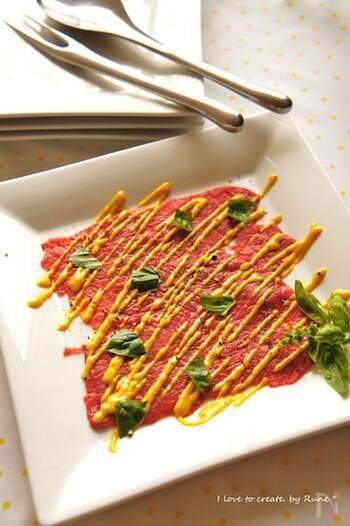 ステーキ肉を薄切りにし、麺棒でたたいて薄く延ばしカルパッチョに。マスタード&赤ワインのきいたソースをかけるとお洒落なイタリアン居酒屋風に。