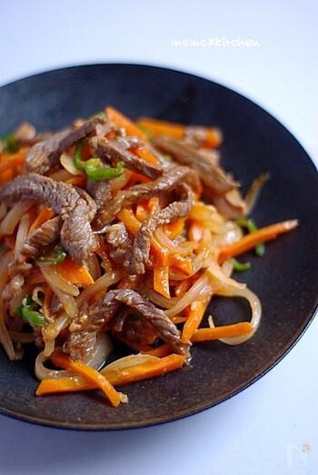 塩麹の効果で、お肉が柔らかくなります。人参とピーマンが入ることで彩りも美しく。