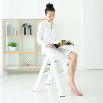 スタイリッシュでどんなお部屋にも合いそうな脚立。広げた時の高さは56cmと低めなので、圧迫感がありません。スツールとして使うのにぴったりです。