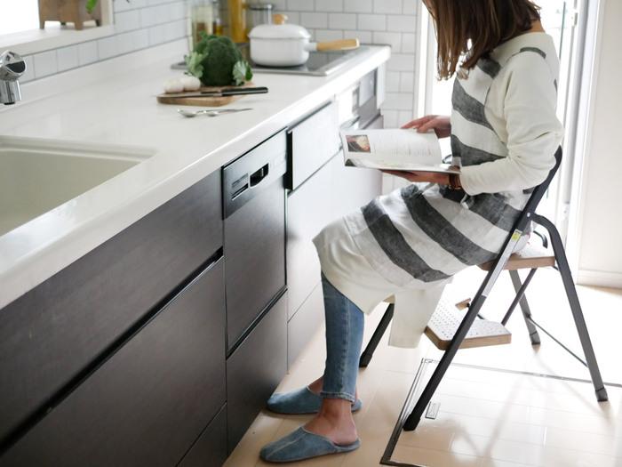 2段タイプは普段使いにぴったりのサイズ。料理中、ちょっと座りたいなという時にも重宝します。おしゃれなデザインなので、出しっぱなしでも気にならないのがgood!
