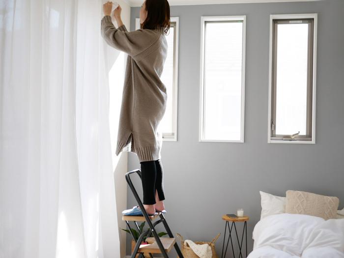 まずは基本の使い方。カーテンの付け外しや電球の取り替え、棚にある物を取る時などに重宝します。脚立によって段数が異なるので、ニーズに合うサイズを選ぶのがおすすめ。