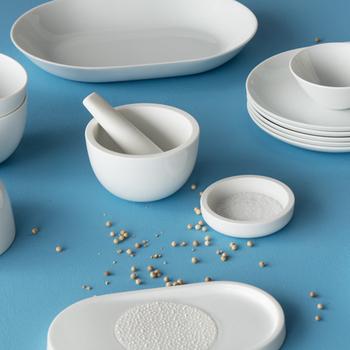 現代の生活に溶け込むモダンなアイテムが揃う有田焼ブランド「2016/」。こちらはドイツ人デザイナー「ステファン・ディーツ」によるシンプルで無駄をそぎ落としたミニマムなデザインのシリーズ。セットで揃えるとテーブルに統一感が生まれます。