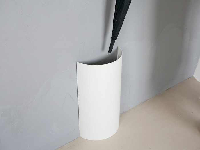 一見傘立てとは思えない洗練されたデザインの傘立て「MUKOU」。生活感が出やすい傘立てもこちらならスタイリッシュに見せることができます。玄関の印象もまるでギャラリーのエントランスのような洗練された雰囲気に変わりそう。場所を取らないデザインも素晴らしいです。