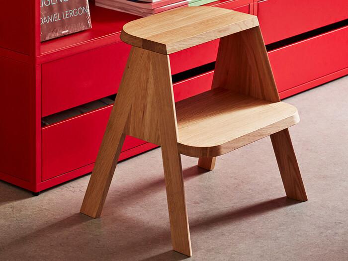 背が低く、可愛らしい佇まいの脚立です。ステップが丸みを帯びていて、向きが異なっているのが特徴。スツールやサイドテーブルとして使うのもおすすめです。