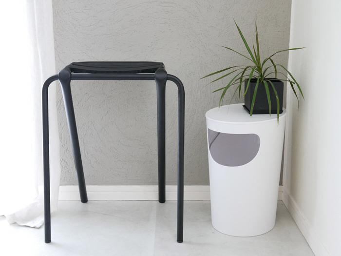 ありそうでない蓋付きのサイドテーブル。こちらは収納部分が付いており、ゴミ箱としても活用できる便利アイテムです。置く場所を選ばない一台3役のこちらは、まさに物を必要以上に増やさないためのミニマルなインテリアにぴったり。