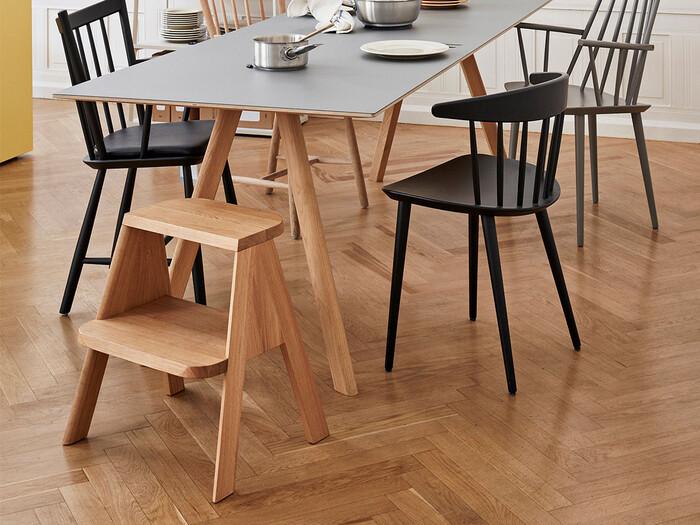ちょっと腰掛けて一休みしたい時、脚立はちょうど良い大きさ。料理の合間に座ったり、ダイニングの補助的な椅子として使ったりできます。