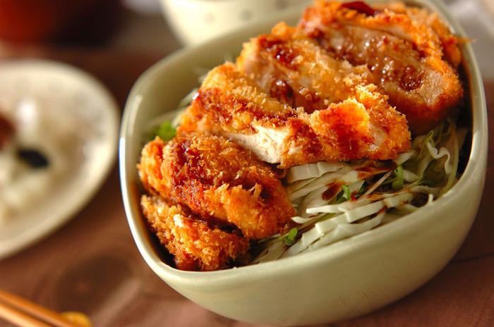 鶏胸肉×キャベツといえば、マスターしておきたいのがチキンカツ丼のレシピ。サクサクとしたチキンカツ、シャキッとしたキャベツのハーモニーを楽しめるお料理です。 ガッツリ系のチキンカツも、さっぱりしたキャベツを添えることで、どんどんお箸が進みます。子どもも大喜びしてくれそうなお役立ちレシピです。