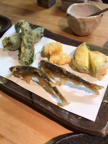 店主の長谷川健二さんは、1日1組限定で完全予約制の天ぷら専門店の手がけていることもあって、天ぷらも絶品。季節の素材を絶妙な加減で揚げた天ぷらは、お蕎麦はもちろん日本酒のお供にも最高です。